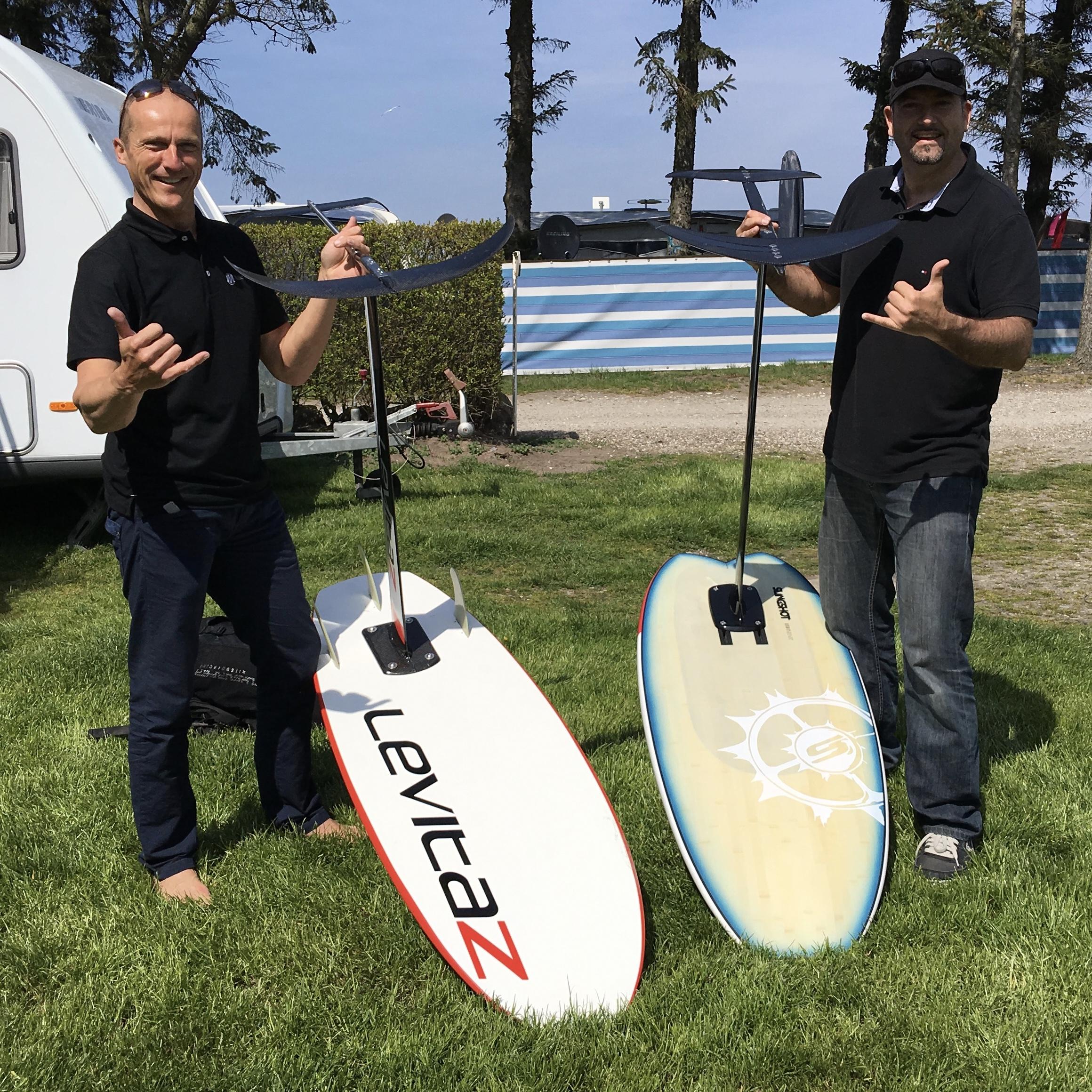 Levitaz Transformer Waveboard-Hybrid neben Slingshot Hydrofoil